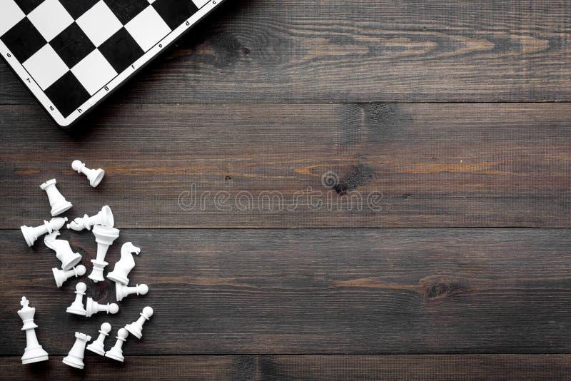 竞争或胜利或者战略概念 棋盘和棋形象在dak木背景顶视图拷贝空间 库存照片