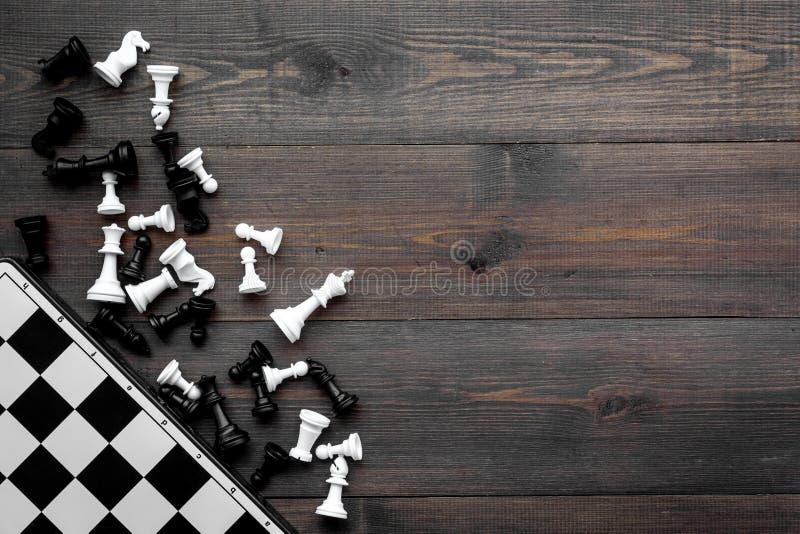 竞争或胜利或者战略概念 棋盘和棋形象在dak木背景顶视图拷贝空间 库存图片