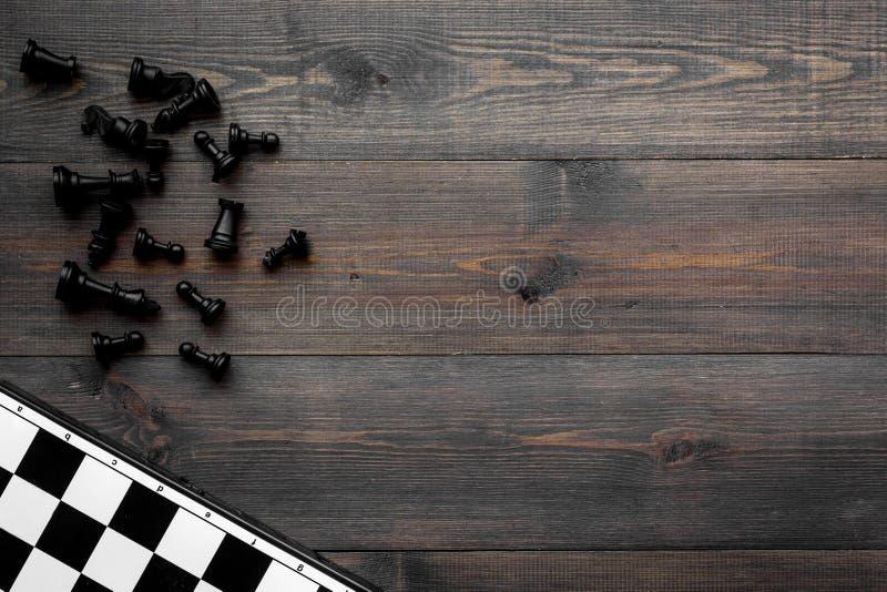 竞争或胜利或者战略概念 棋盘和棋形象在dak木背景顶视图空间为 免版税库存图片