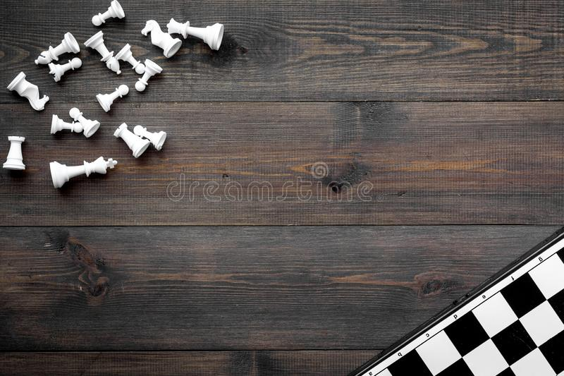 竞争或胜利或者战略概念 棋盘和棋形象在dak木背景顶视图空间为 免版税库存照片