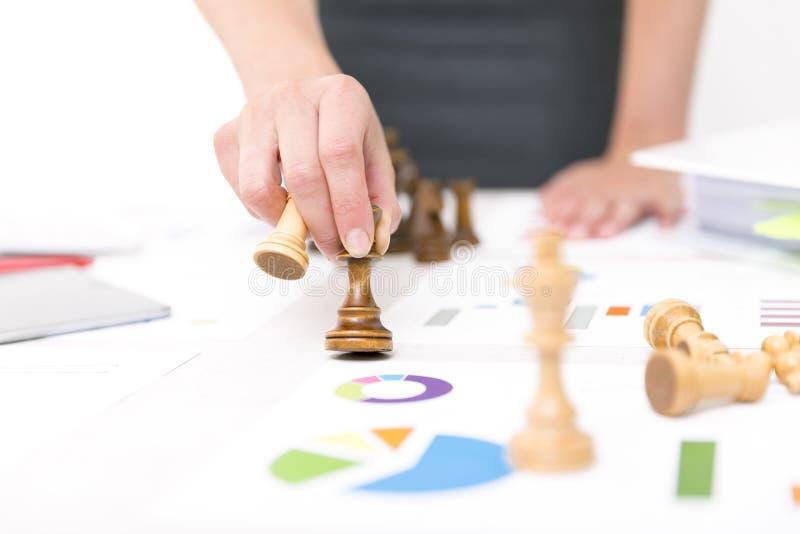 竞争概念查出的白色 竞争和战略在事务 女商人拿着棋子 免版税图库摄影