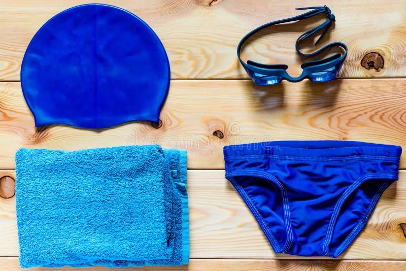 竞争游泳的辅助部件在水池 库存照片
