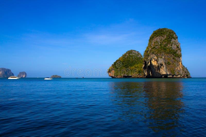 竞争玛雅人海湾,披披岛 洪海岛盐水湖 在透明的水背景的灰色绿色石岩石在海 库存图片