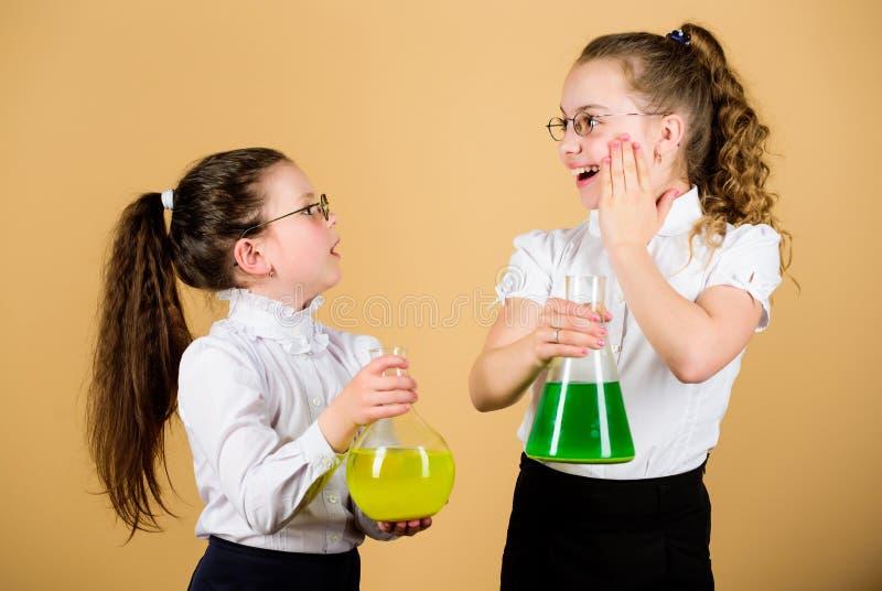童年和养育 知识和信息 一起试验 r 迷人的实验 免版税库存照片