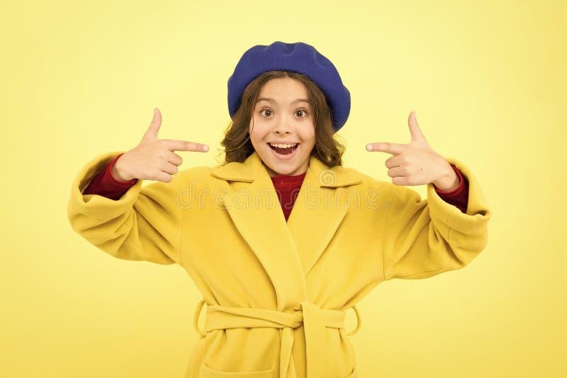 ?? 童年和幸福 r 法式贝雷帽 巴黎人女孩 小孩子在巴黎 ?? 库存照片