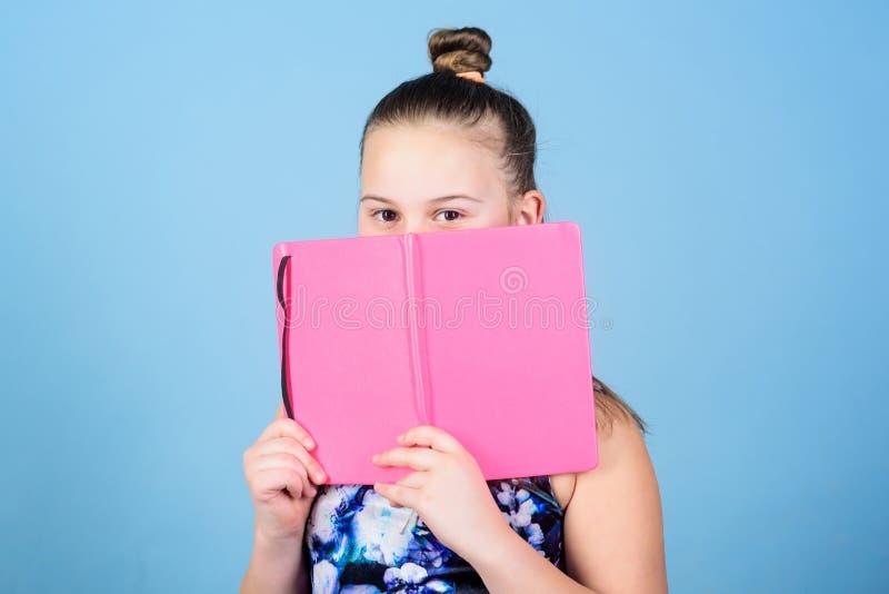 童年小河开花极大的祖母她内存采摘 女孩概念的日志 笔记秘密下来在逗人喜爱的娘儿们日志学报上 保留秘密这里 免版税库存图片