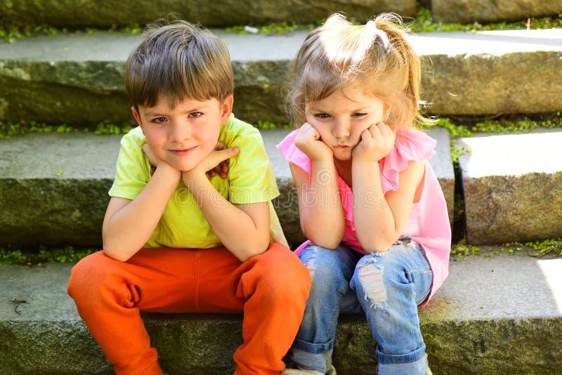 童年首先爱 暑假和假期 小女孩和男孩台阶的 关系 小孩夫妇  图库摄影