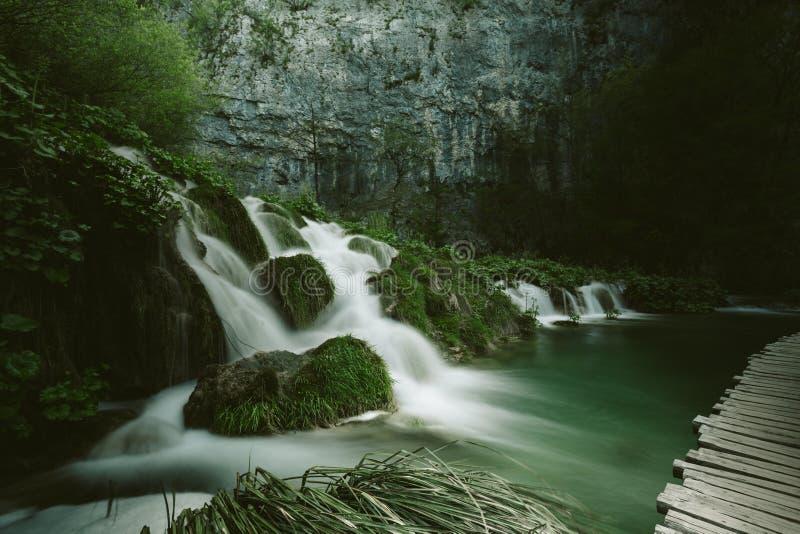 童话瀑布绿色背景 库存照片