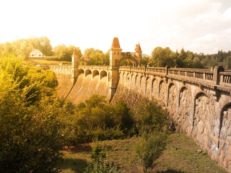 童话水坝有美丽如画的塔的列斯Kralovstvi在晴朗的夏日,捷克 库存照片