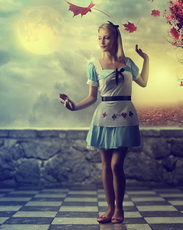 童话-穿一件蓝色礼服的美丽的女孩-幻想场面 库存照片