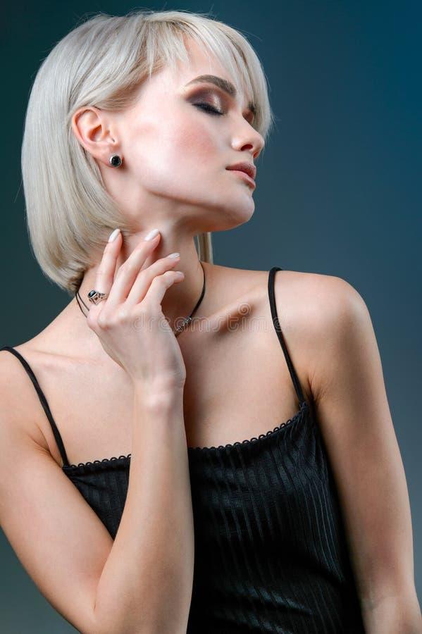 端庄的妇女与构成和首饰的时装模特儿 银色项链和耳环有次贵重的石头的 免版税库存图片