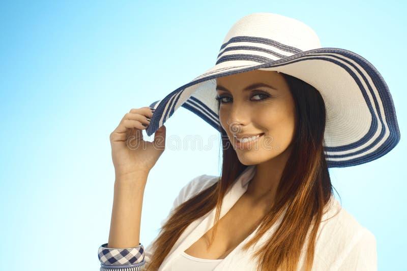 端庄的妇女特写镜头画象草帽的 免版税库存照片
