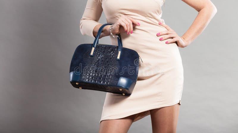 端庄的妇女的部分身体有袋子的 免版税库存图片