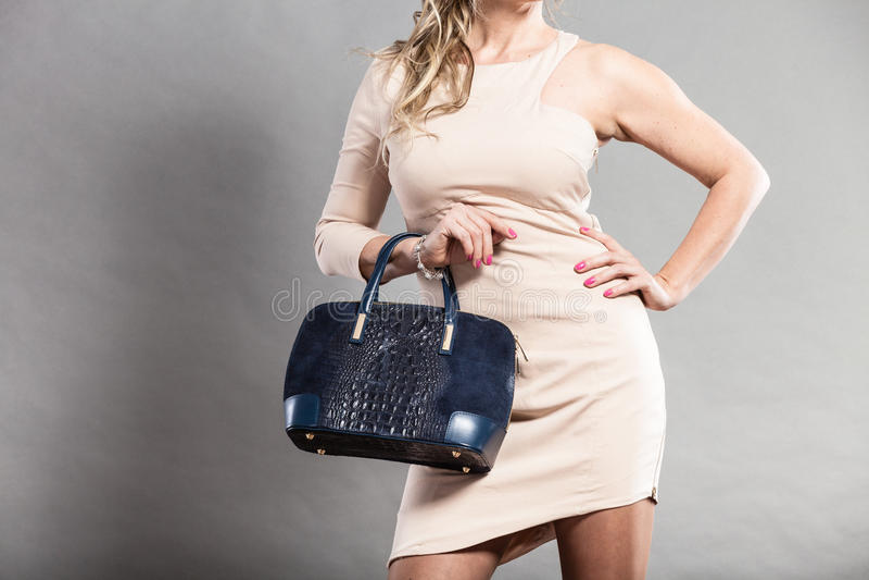 端庄的妇女的部分身体有袋子的 免版税图库摄影