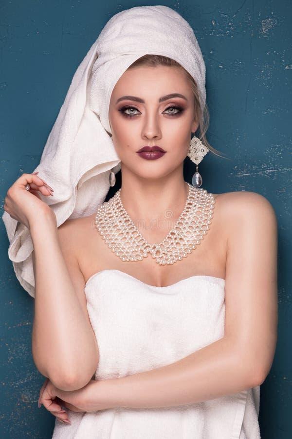 端庄的妇女秀丽画象有白色毛巾的在头 库存图片