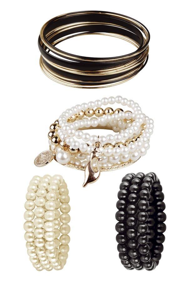 端庄的妇女镯子由圆的小珠做成 在白色背景隔绝的豪华辅助部件,裁减路线包括 免版税库存照片
