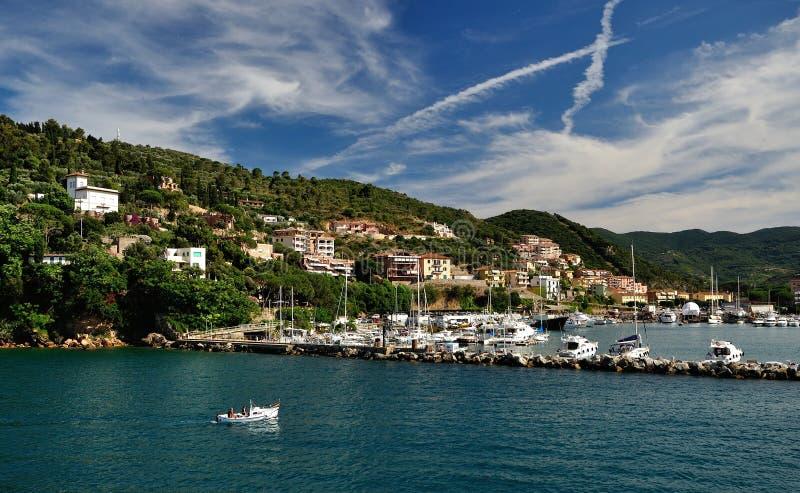端起有游艇和天空的,托斯卡纳,意大利圣斯特凡诺 免版税库存图片
