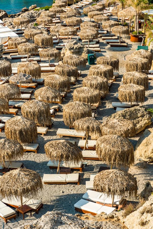 竹伞和太阳床在圆石滩罗得岛的,希腊 库存图片