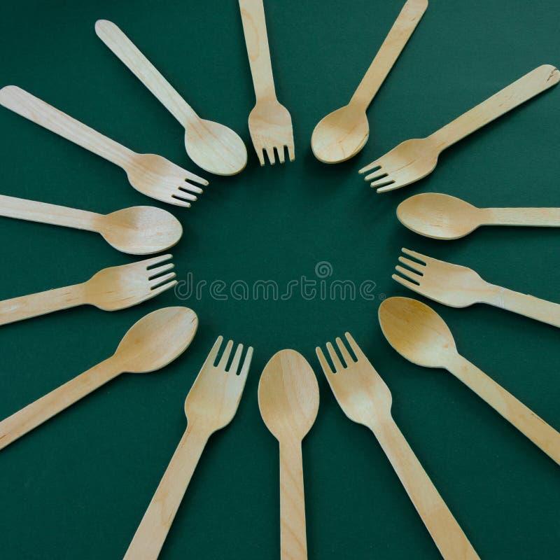 竹木匙子和叉子 Eco友好的厨房用具 免版税库存照片