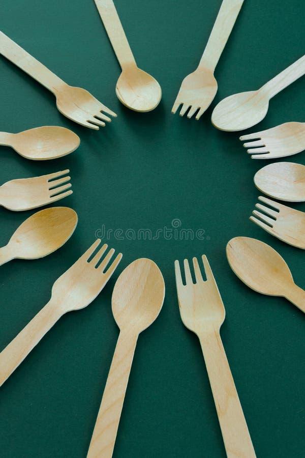 竹木匙子和叉子 Eco友好的厨房用具 库存图片