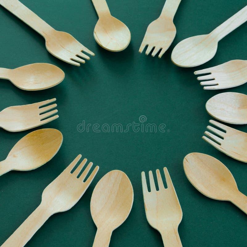 竹木匙子和叉子 Eco友好的厨房用具 库存照片