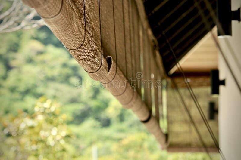 竹窗帘亚洲人传统家庭装饰 获得通过竹窗帘的阳光窗口 在窗口的竹幕 免版税库存照片