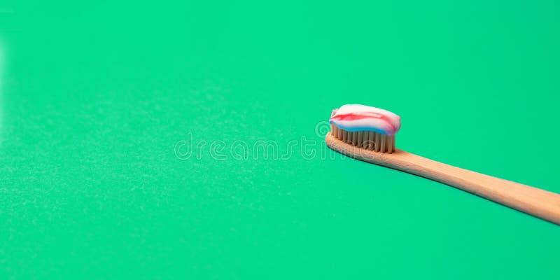 竹自然牙刷的医疗构想有自然刺毛的在greenbackground r 免版税图库摄影