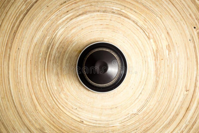 竹表面,英雄射击,柔光,被聚焦的lig上的咖啡荚 免版税库存图片