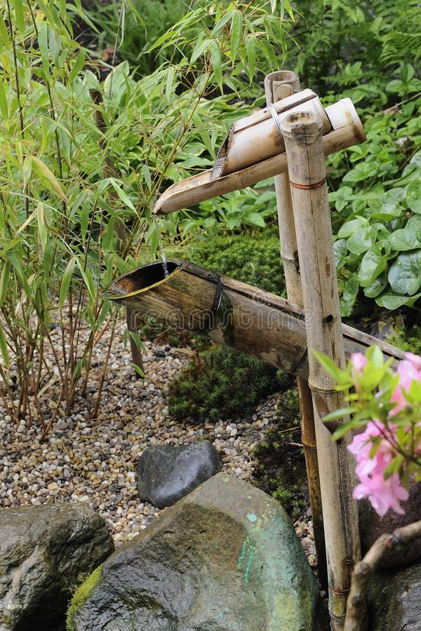 竹起重机在日本庭院里在夏天 库存图片