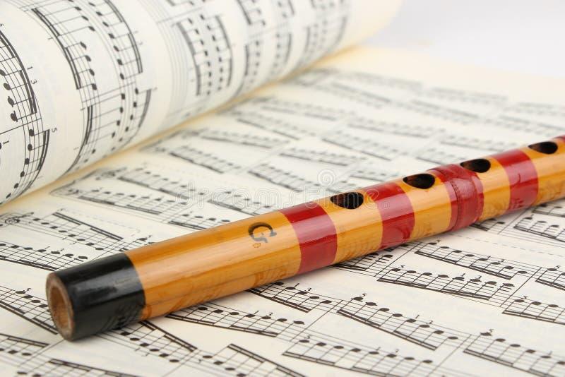 竹长笛和音乐纸张 免版税库存照片