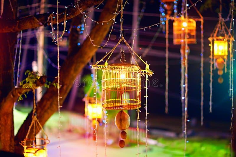 竹鸟笼,垂悬在树的灯笼 新年,泰国 免版税图库摄影