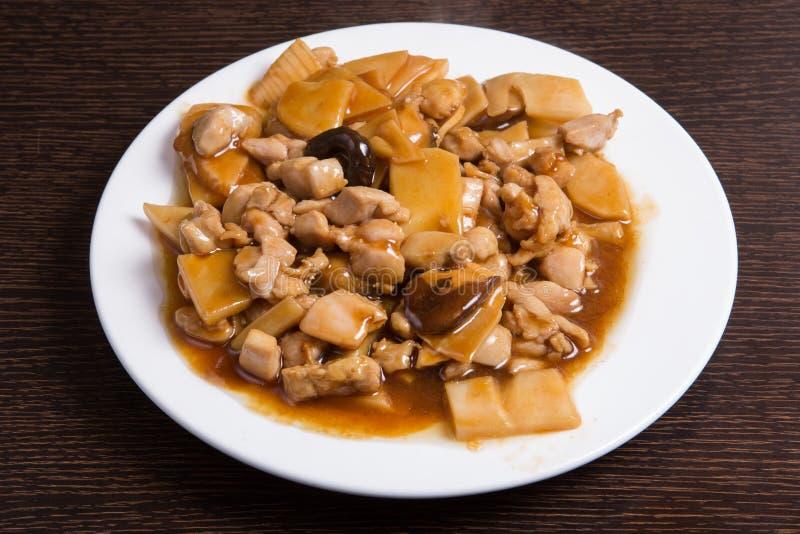 竹黑色鸡中国食物采蘑菇葱胡椒传统的四川 免版税图库摄影