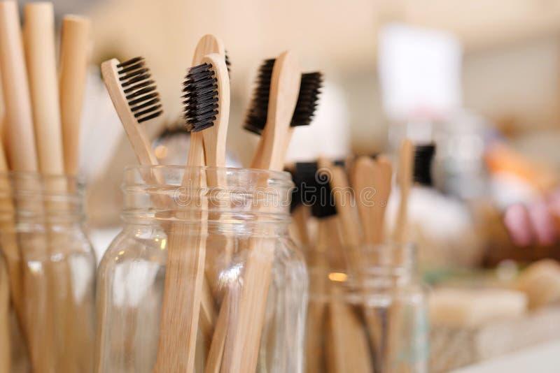 竹Eco友好的生物可分解的木牙刷在零的废商店 没有塑料神志清楚的简单派素食主义者生活方式 免版税库存图片