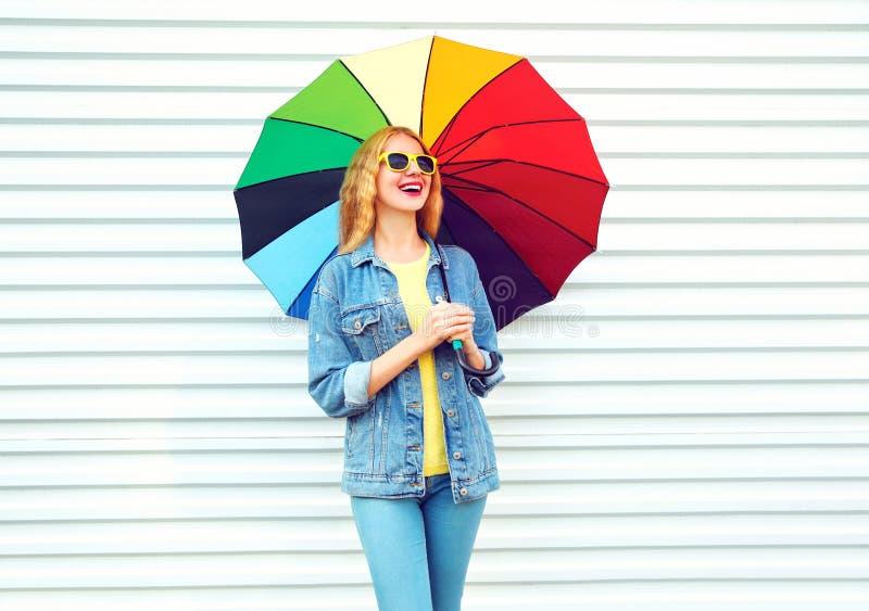 笑与五颜六色的伞,在白色的梦想的时尚愉快的妇女 图库摄影