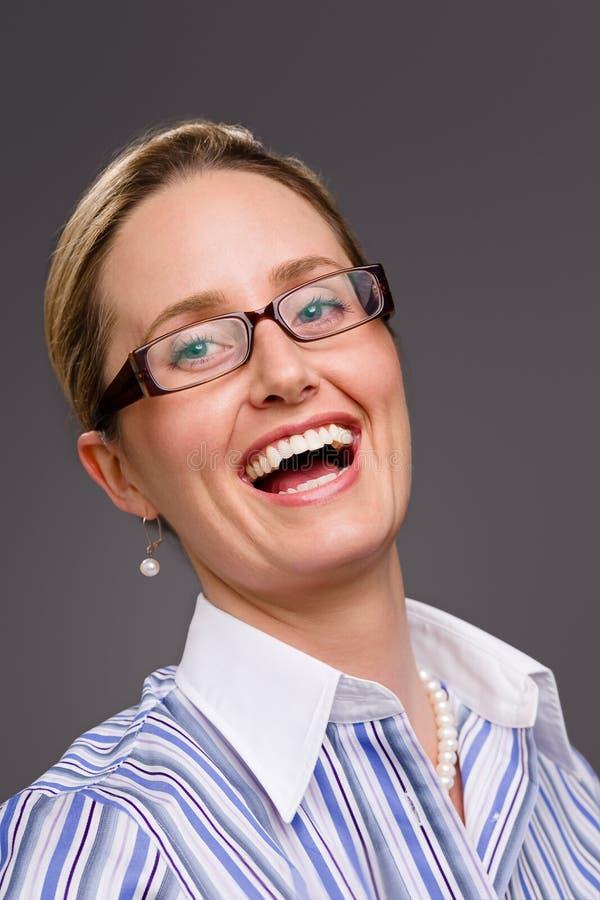 笑佩带的妇女的玻璃 库存图片