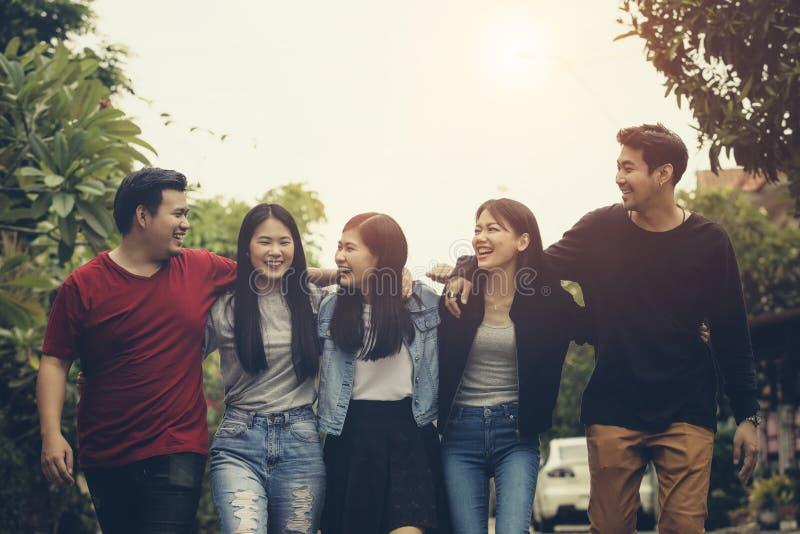 笑充满幸福的亚洲更加年轻的自由职业者的队在工作以后 免版税库存图片