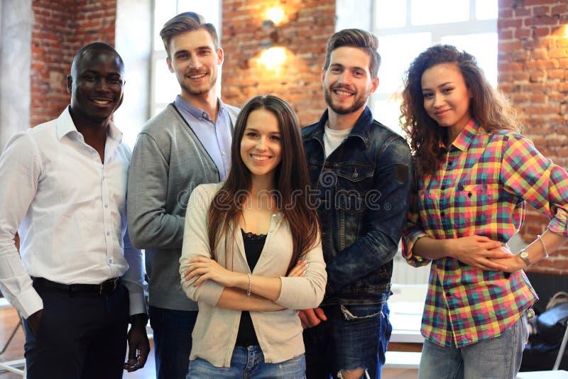 笑创造性的企业的队画象一起站立和 一起多种族商人在起动 免版税库存照片