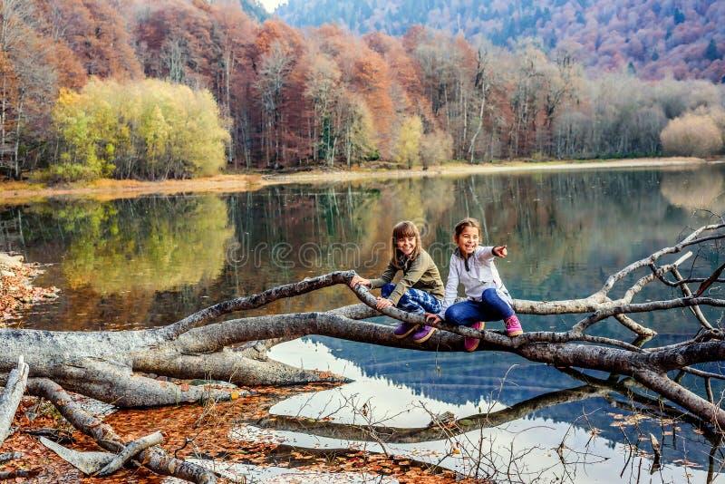 笑和指向在比奥格勒湖的两个小女孩手指( 图库摄影