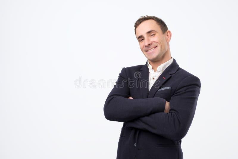 笑和看与大咧嘴的Heerful人照相机 库存图片