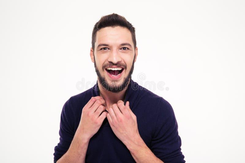 笑和看照相机的激动的可爱的愉快的年轻有胡子的人 免版税库存照片