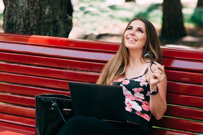 笑和聊天在公园的女孩 免版税库存照片
