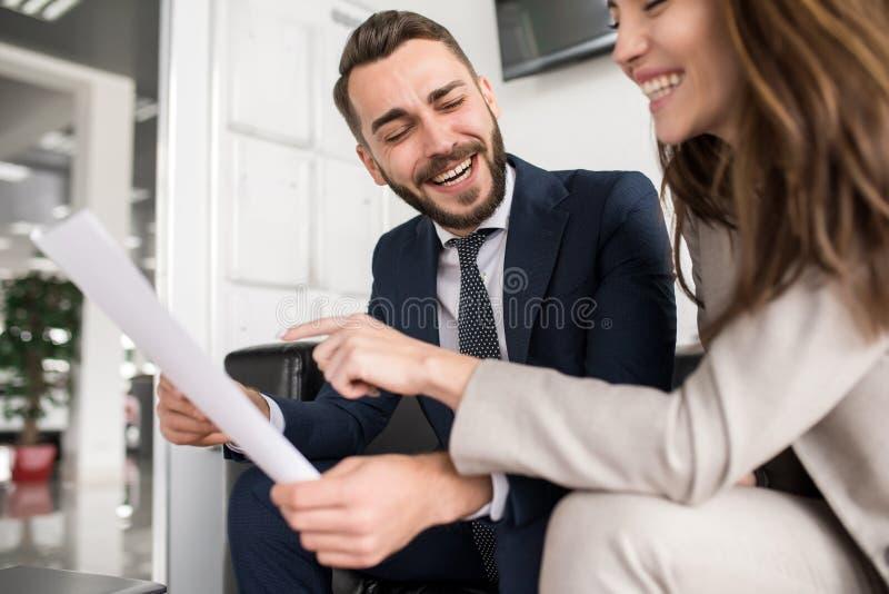 笑在会议的英俊的商人 免版税库存照片