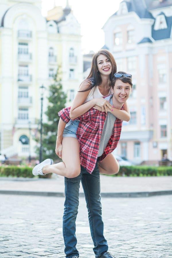 成人看的言情小�_笑在城市的愉快的年轻夫妇 爱情小说系列. 生活, 成人.