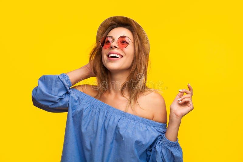 笑在桔子的激动的时髦妇女 免版税库存图片