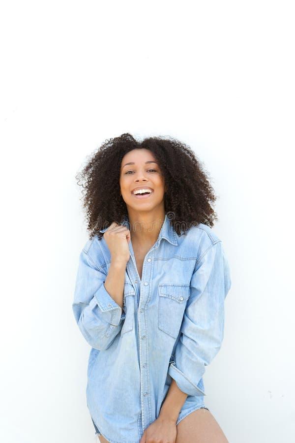 笑在白色背景的非裔美国人的妇女 免版税库存图片