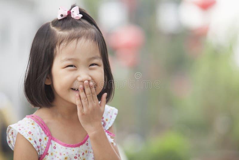 笑在Nanluoguxiang,北京,中国的女孩画象 免版税库存照片
