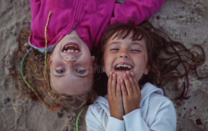 笑年轻的朋友,当说谎时 图库摄影