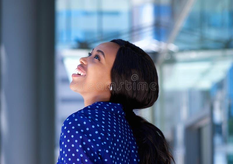 笑快乐的年轻黑人的女商人户外 图库摄影