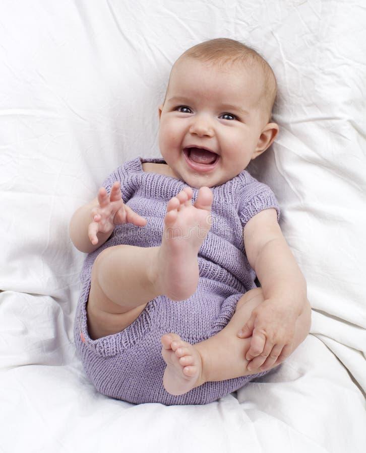 嘻嘻笑快乐的婴孩微笑和 库存照片