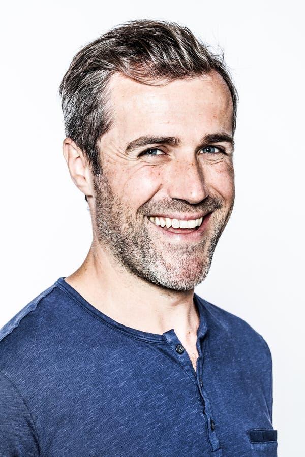 笑悦目年轻有胡子的人的头发,享受幸福 免版税图库摄影